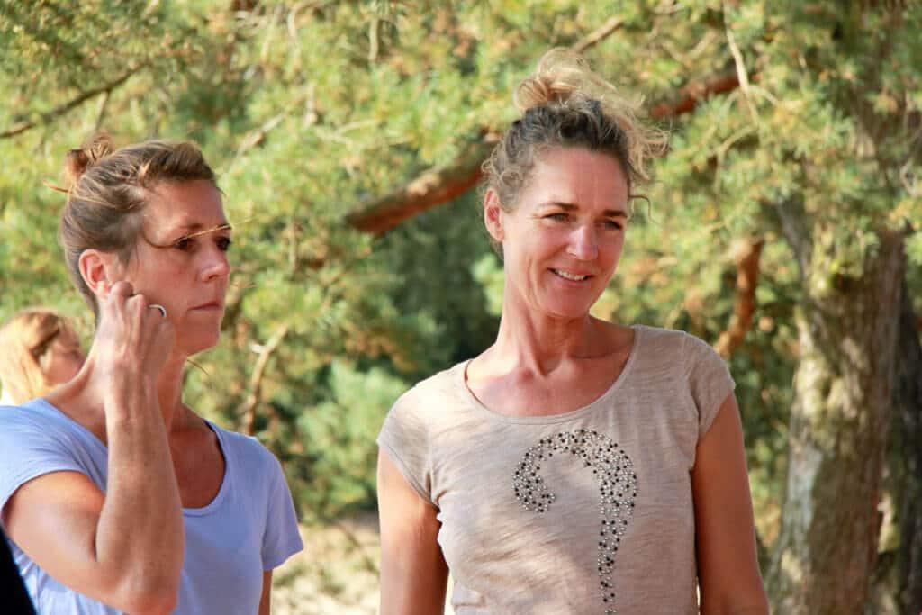 Louise Barto coacht deelnemer wandelcoaching