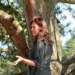 Foto van studente bij een boom