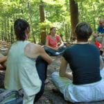 Foto van Sylvia Lagerweij met groep in het bos