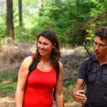 Foto van twee studenten pratend in het bos