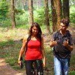 Deelnemers Outdoor LifeCoaching wandelen en zijn in gesprek in het bos