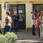 Foto van studenten bij de voordeur van het Atma Instituut