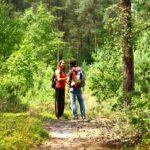 Foto van twee studenten in gesprek in het bos