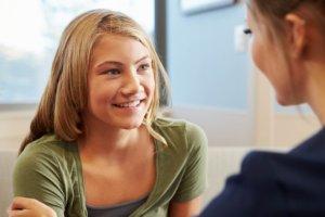 Kind in gesprek met haar coach