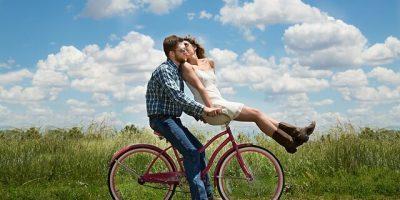 Man en vrouw op fiets