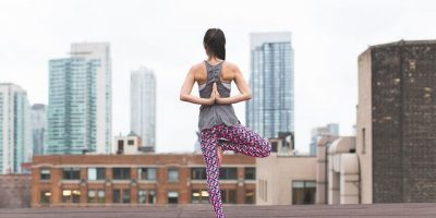 Yogapose op dak in stad