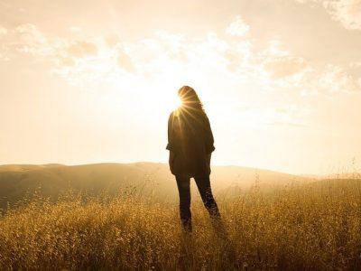 Silhouet van vrouw in gras